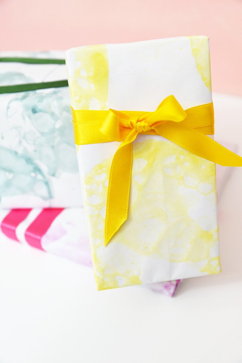 No time left to buy wrapping paper for your gifts? How about you make this bubble art gift wrap craft supplies that you may already have at home under 10 minutes