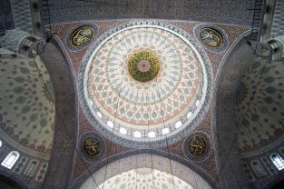 The beautifully decorated central dome of the New Mosque