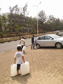 毎日家と店を4往復して水を運びます