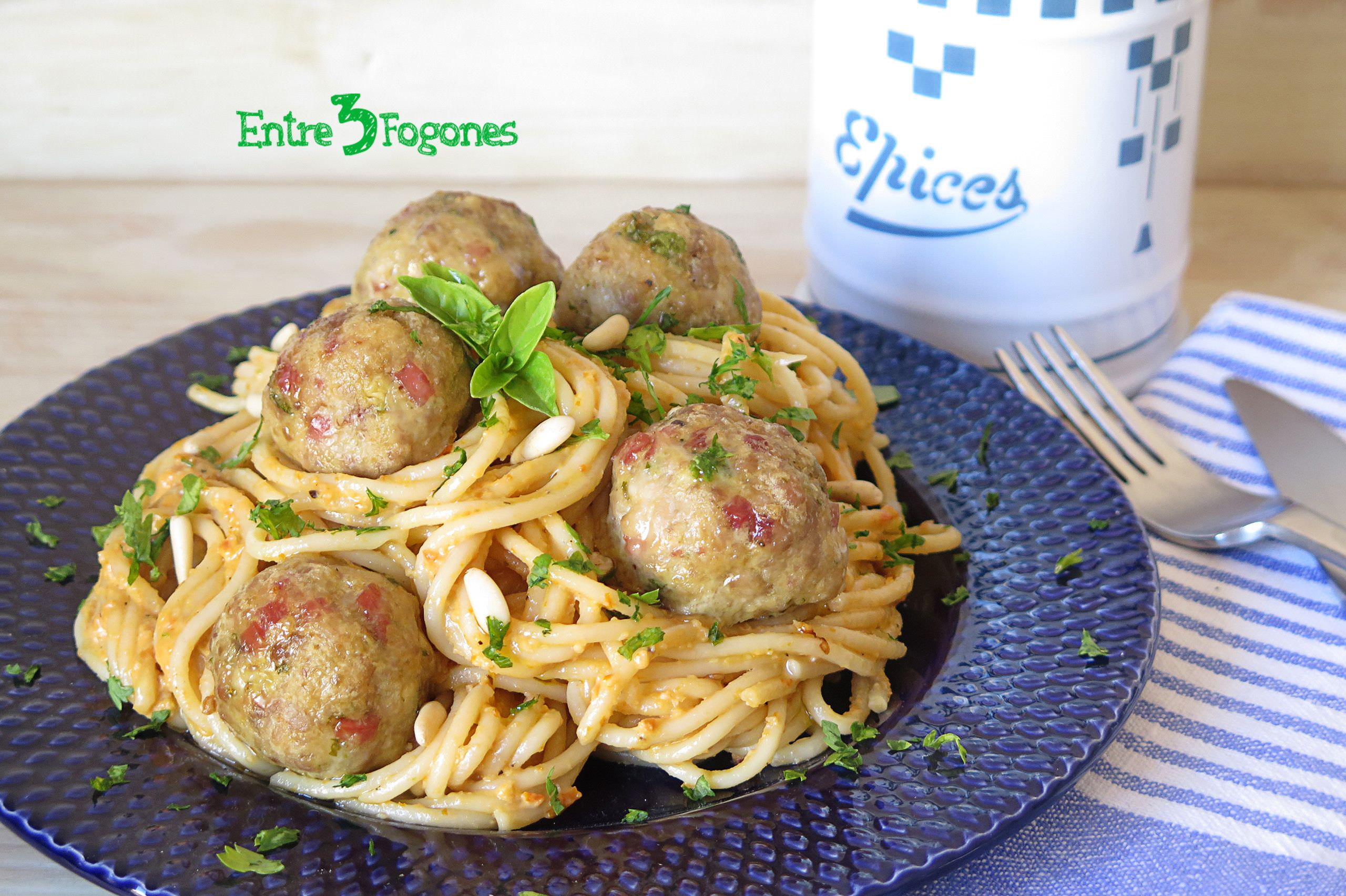 Photo of Espaguetis con Pesto Rojo y Albóndigas