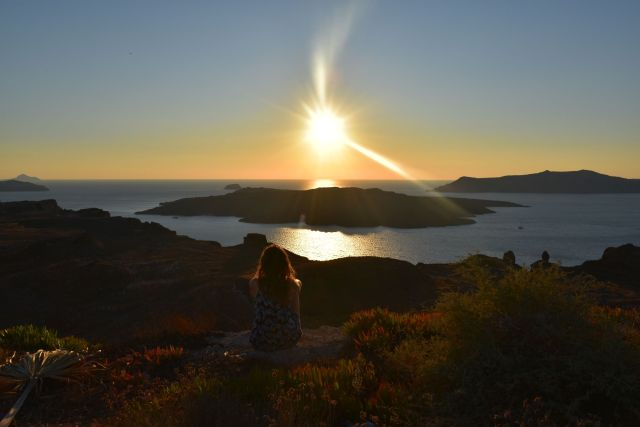 Vistas de la caldera de Santorini al atardecer