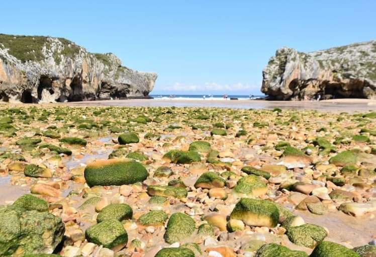 Playa Cuevas del Mar cerca de Llanes