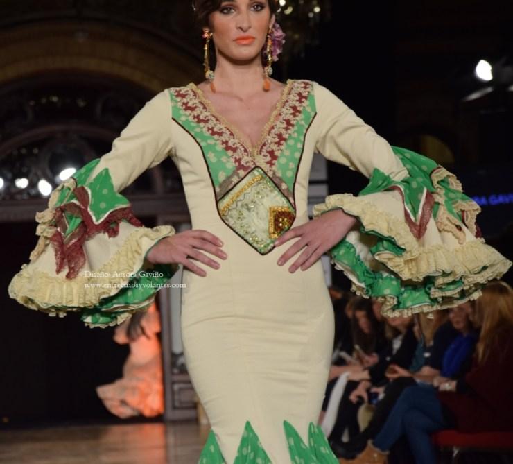 aurora-gavino-trajes-de-flamenca-entre-cirios-y-volantes