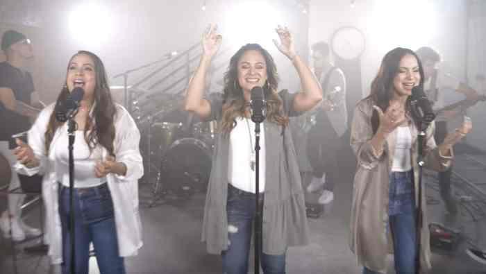 Yadah y Julissa cantan juntas  «Coronado»