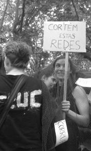 R.B. sosteniendo un cartel de protesta en la manifestación. 26_10_13