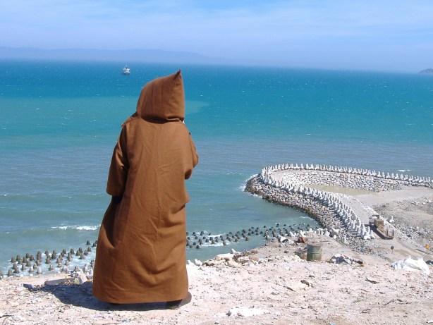 Un ciudadanos marroquí visiona la costa española desde la orilla norte de África. /Flickr