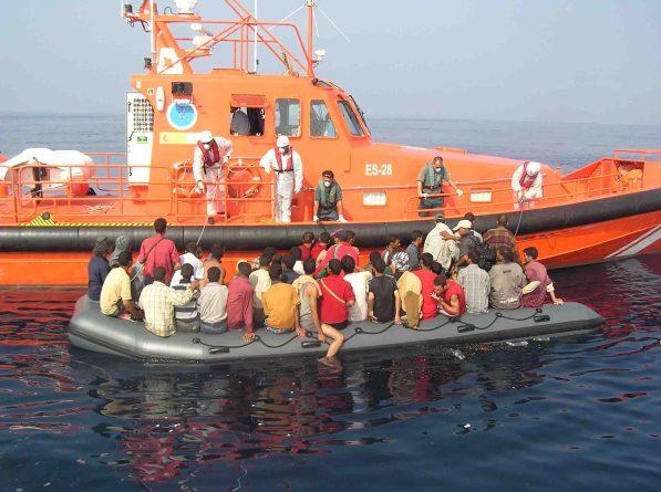 Operarios de Salvamento Marítimo rescatan a una patera a la deriva. /SM