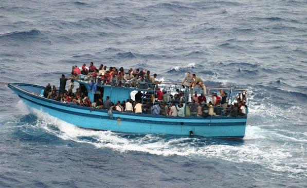 Un barco que transportaba a los solicitantes de asilo y migrantes en el mar Mediterráneo. Foto: ACNUR / L.Boldrini