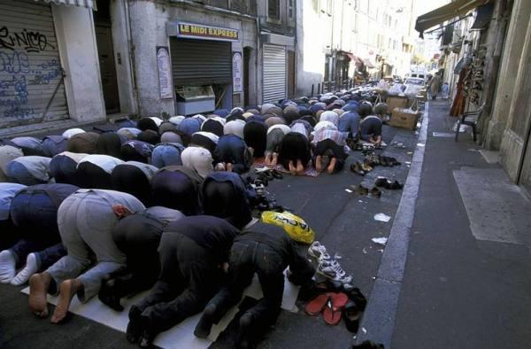 Musulmanes rezan el viernes cerca de la gran mezquita de Marsella. / I.E