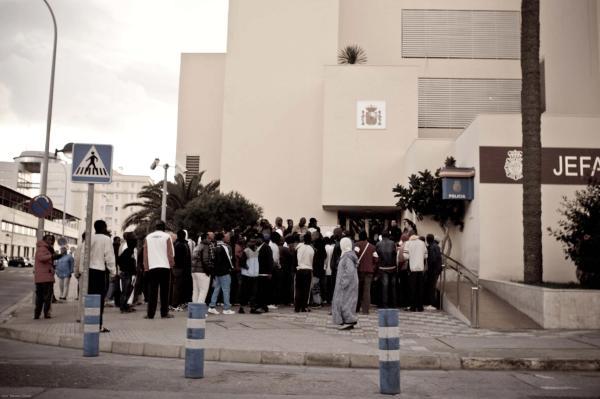 Migrantes aguardan a las puerta de la Jefatura de la Policía de Melilla solicitando ser trasladados a la península. / J.P