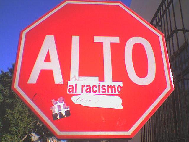 Fotografía de una señal de Alto en México contra el racismo. / Flick