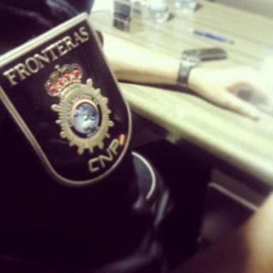 Agente del Cuerpo Nacional de Policía en un puesto fronterizo. / S. Rodrigo