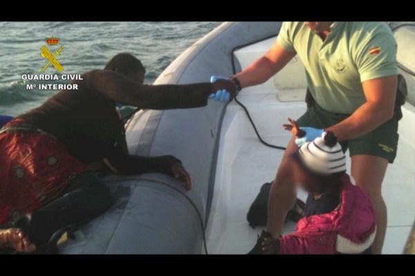 Imagen de un mujer subiendo a la embarcación de la Guardia Civil en Melilla. / G.C