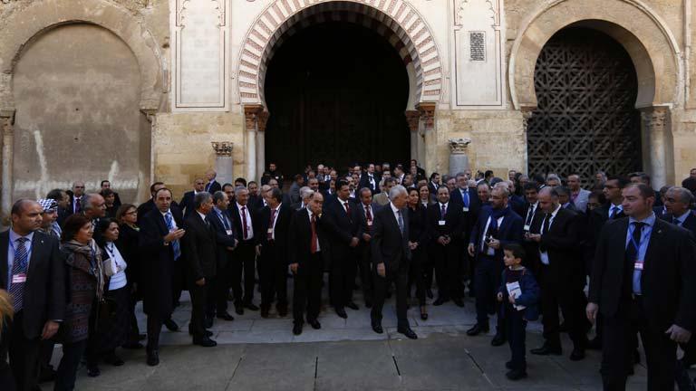 El minsitro de exteriores junto a la oposición siria en la Mezquita-Catedral de Córdoba. / Rtve.es