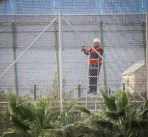 La instalación de malla antitrepa se está haciendo a marchas forzadas en la valla de Melilla. / José Palazón