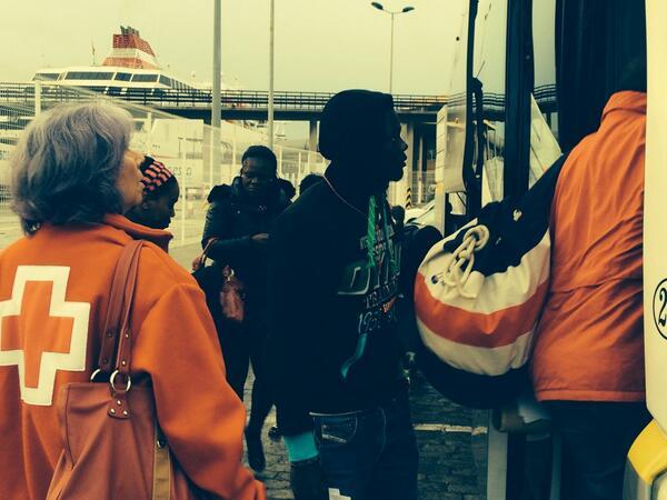 Varios inmigrantes a su llegada al puerto de Málaga. / S.Rodrigo
