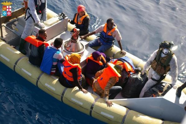 Migrantes supervivientes del naufragio rescatados por la marina italiana. / M.I