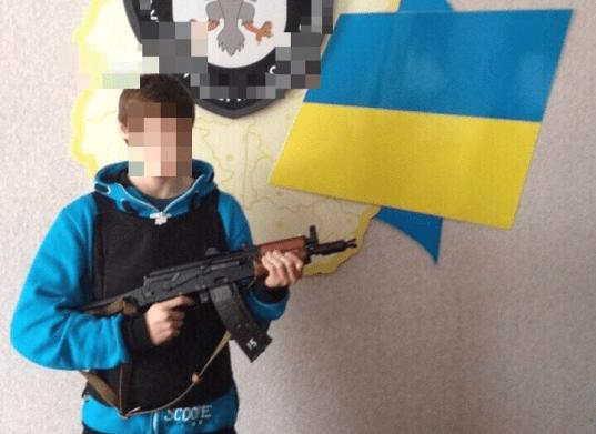 El joven ucraniano portando un arma tras su formación imitar. / M.G