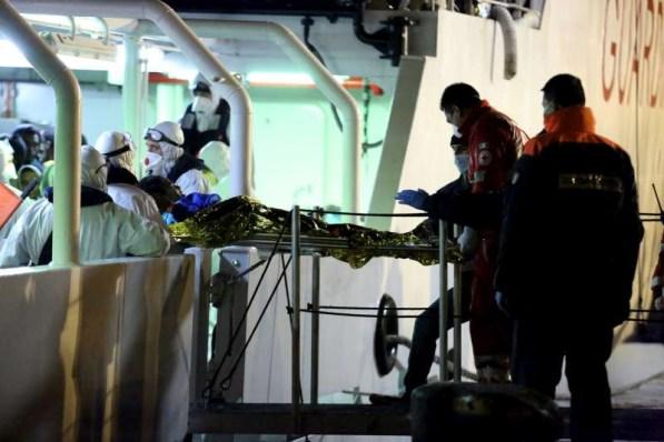 Médicos italianos asistiendo a un migrante rescatado en el Mediterráneo. ACNUR/F. Malavolta