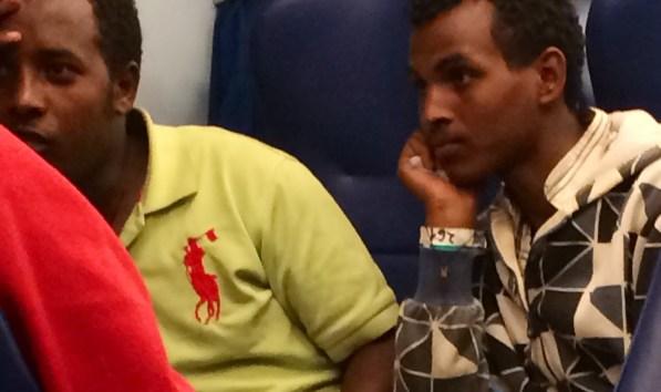 Un refugiado eritreo con una pulsera que marca su identificación en el viaje./S.R