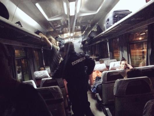 Policías registran a un pasajero desde que hace la ruta Belgrado-Budapest. / @srodrigoruiz