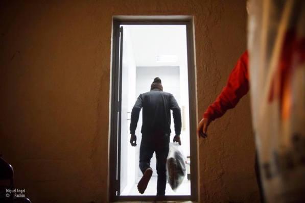Un migrante entra a la entrevista policial del FRONTEX. / Miguel Pachón