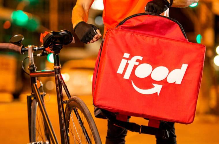 Entregador iFood usando bag para entregas