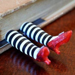 Esses pézinhos me enlouquecem! https://www.etsy.com/listing/79153215/wicked-witch-bookmark-ruby-slippers?ga_order=most_relevant&ga_search_type=all&ga_view_type=gallery&ga_search_query=&ref=sr_gallery_21