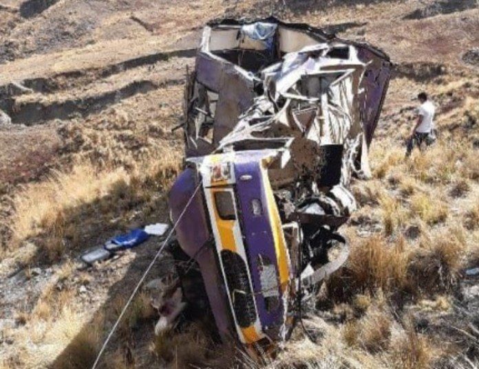 En Cochabamba, Bolivia, fallecieron 23 personas por la caída de un colectivo a un precipicio. Además, otras 13 resultaron heridas.