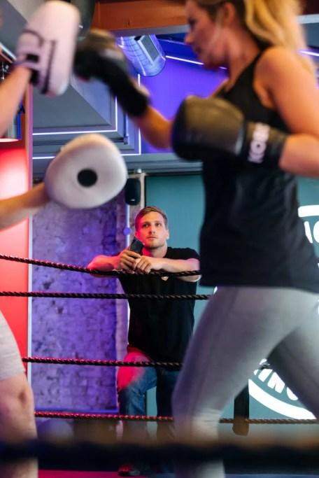 entrenando boxeo con manoplas o paos