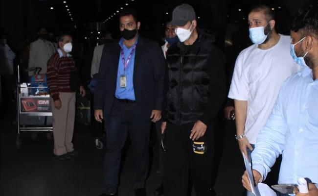 Akshay Kumar Flies Home From UK, Reportedly Because Of Mother's Health
