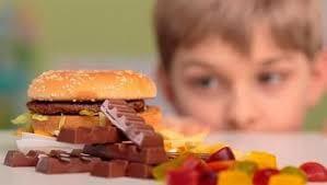 Niño mirando comida