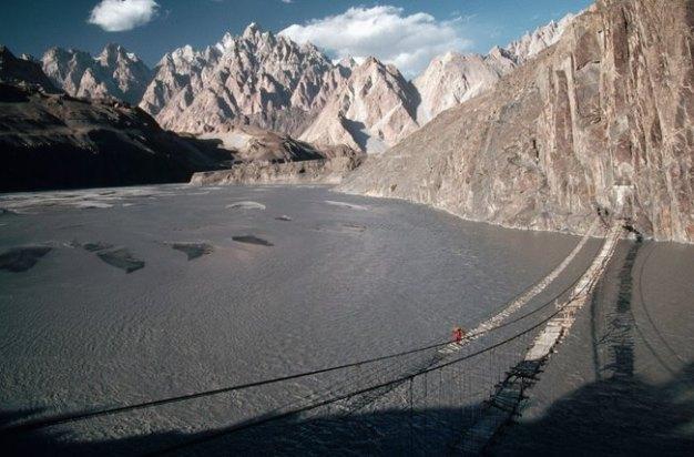 En Pakistán está el Puente colgante de Hussaini es uno de los más peligrosos del mundo.