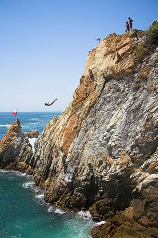 Si visitas Acapulco, México, y te gustan las aventuras arriesgadas, no dejes de dar un salto en La Quebrada, a 35 metros de altura.