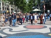 El paseo de Las Ramblas, es uno de los espacios más importante de Barcelona. Miles turistas caminan por este paseo. Allí hay pequeños cafés y quioscos de souvenir.