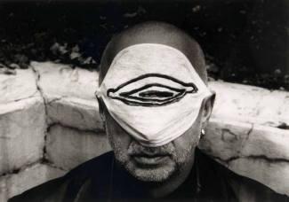Jörg Immendorf mit Mundschutzmaske, 1997. Stefan Moses