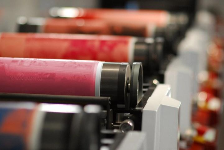 Plancha colocada en el rodillo portaplancha en la máquina impresora. Imagen de www.dupont.com