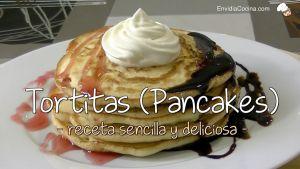 Tortitas caseras con sirope y nata (pancakes)