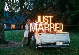 decoración de boda con letras luminosas 4