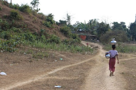 Une villageoise en plein travail.