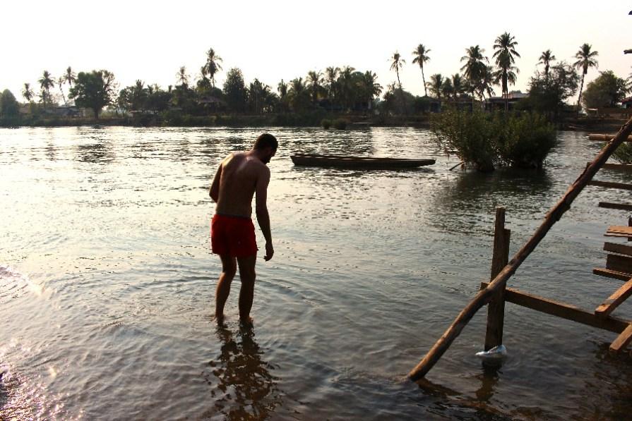 Joris a tenté la baignade mais l'eau n'est pas super propre...