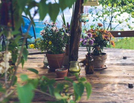 Midsommar med pyntat bord utomhus.