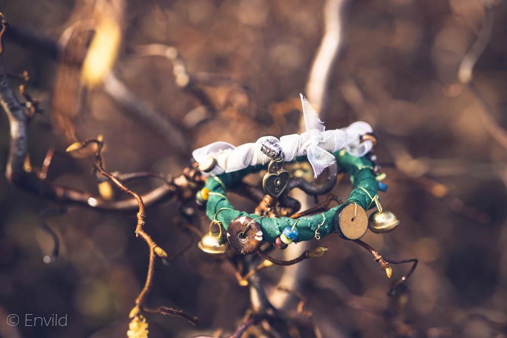 Envild vitt och grönt boho-armband, hippie-armband. Armband av tyg, ståltråd och pärlor. Återbruk.