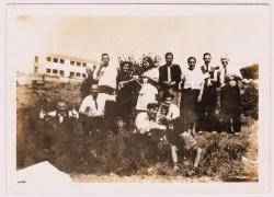 """Familiares e amigos no convívio da merenda, nos terrenos junto à ribeira, no decorrer de uma festa em honra de Nossa Senhora do Fastio. Anos """"60"""". Foto cedida por José Maria Fiens."""