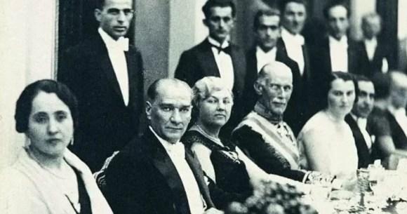 Bütün dünya bilsin ki benim için bir taraflılık vardır Cumhuriyet taraftarlığı fikri ve sosyal inkılap taraftarlığı. Bu noktada yeni Türkiye topluluğunda bir ferdi hariç düşünmek istemiyorum. - Mustafa Kemal Atatürk Resimli Sözler - Atatürk Sözleri Ve Fotoğraf Arşivi, unlu-sozleri, guzel-sozler