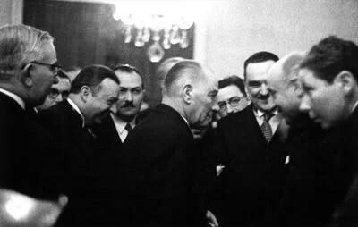 En iyi fertler kendinden ziyade mensup olduğu toplumu düşünen onun varlığının ve mutluluğunun korunmasına hayatını veren insanlardır. - Mustafa Kemal Atatürk Resimli Sözler - Atatürk Sözleri Ve Fotoğraf Arşivi, unlu-sozleri, guzel-sozler