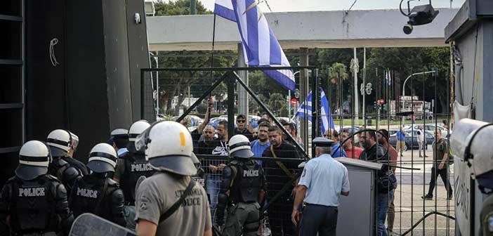 Επεισόδια μεταξύ διαδηλωτών και ΜΑΤ έξω από εκδήλωση του ΣΥΡΙΖΑ στη ΔΕΘ
