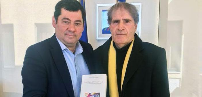 Με τον συγγραφέα Νίκο Λάζαρη συναντήθηκε ο δήμαρχος Λυκόβρυσης – Πεύκης 95e4c06d607