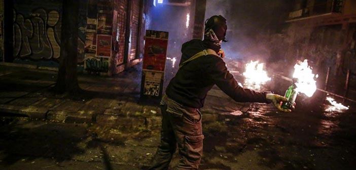 Επίθεση με δεκάδες βόμβες μολότοφ σε διμοιρία των ΜΑΤ στην Τοσίτσα
