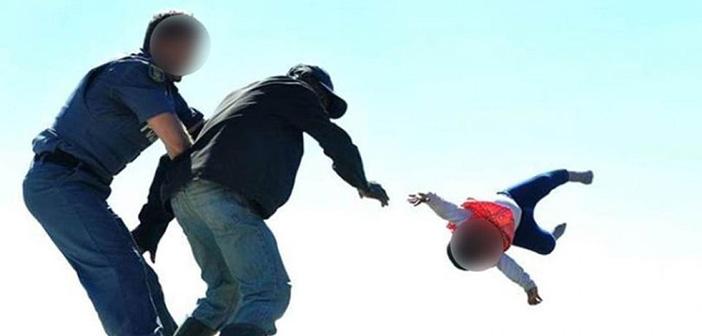 Απίστευτο: Πατέρας έριξε το μωρό του από ταράτσα κατά τη διάρκεια διαδήλωσης για να διαμαρτυρηθεί